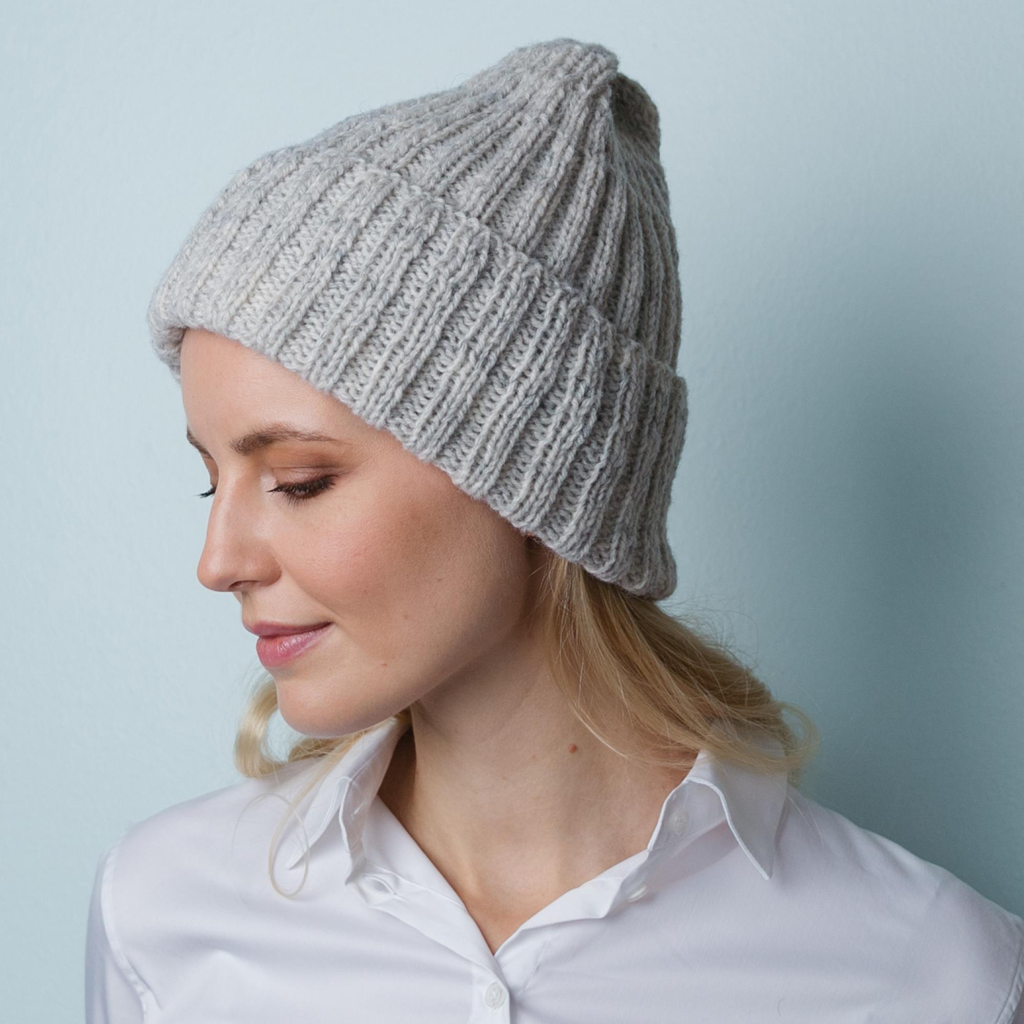Dame med embla strikkelue i grå