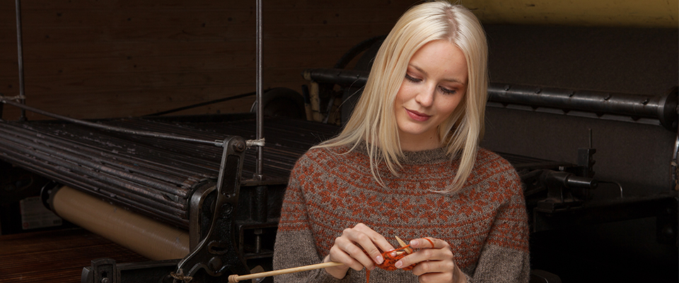 Strikking: Dame i strikkegenser som strikker